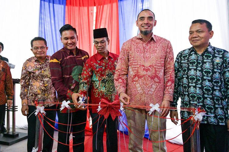 Aulia Mulki Oemar, Presiden Direktur SBI bersama dengan Senen Har, Sekda Banyuasin, melakukan pengguntingan pita sebagai tanda diresmikannya gudang semen SBI di Palembang, 28 November 2019.