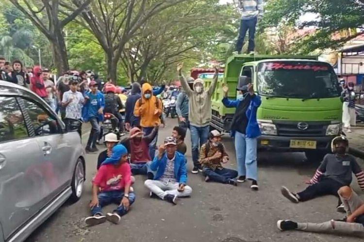 Puluhan mahasiswa Universitas Pattimura Ambon kembali menggelar aksi demo menolak pemberlakukan penerapan pembatasan kegiatan masyarakat (PPKM) mikro di Kota Ambon yang berlangsung di depan kampus Universitas Pattimura, Senin (19/7/2021). Dalam aksi demo itu mahassiwa ikut memblokade jalan dan menyendera mobil truk