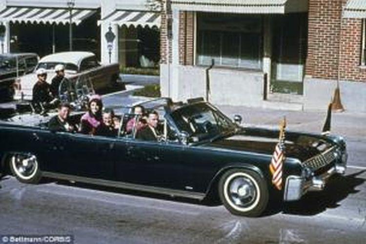 Presiden John F Kennedy bersama istrinya Jacqueline, Gubernur Texas John Connally dan istrinya Nellie Connally berkendara bersama di dalam Limousine kepresidenan di Dallas pada 23 November 1963, hari tertembaknya Kennedy. Mobil bersejarah inilah yang akan dilelang pekan depan.