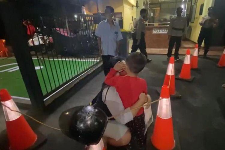 Seorang bocah laki-laki bernama Akmal (4) ditemukan warga di pinggir Jalan RS Fatwamati tepatnya di depan Lotte Mart, Cilandak, Jakarta Selatan pada Rabu (3/3/2021). Tak lama kemudian, orangtuanya menjemput Akmal ke Polsek Cilandak.