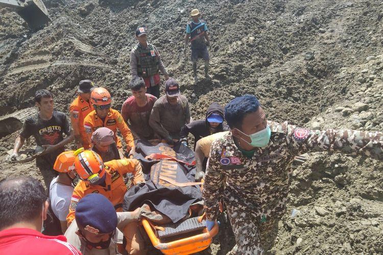 Proses evakuasi korban di lokasi tambang emas ilegal, di desa Bulanga, Kabupaten Parigi Moutong Sulawesi Tengah, Kamis (25/2/2021).