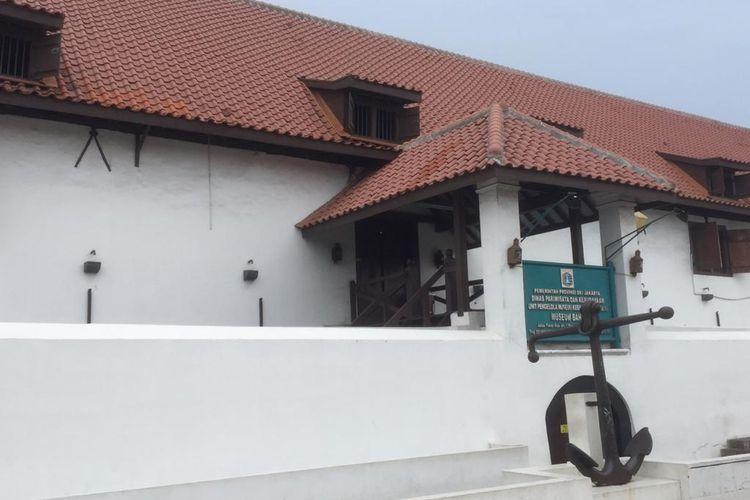 Museum Bahari, Penjaringan, Jakarta Utara, museum ini menyimpan sedikitnya 300 barang sejarah kebaharian Jakarta yang ada sejak jaman Kolonial Belanda.