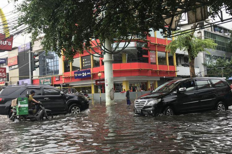Suasana di pintu masuk Komplek Green Garden dari Jalan Panjang, Kedoya Utara, Jakarta Barat, Selasa (53/2019).