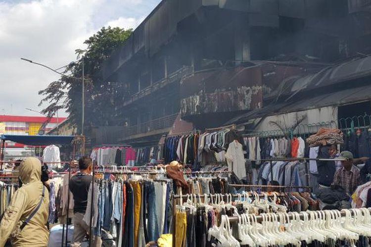 Para pedagang korban kebakaran Pasar Senen berjualan di pinggir jalan, Senin (23/1/2017).