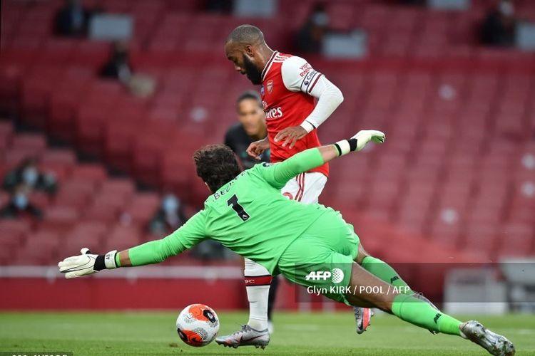 Kiper Liverpool, Alisson Becker, gagal mengantisipasi pergerakan dan sepakan Alexandre Lacazette yang mendapat bola akibat blunder Virgil van Dijk dalam laga Arsenal vs Liverpool, Kamis (16/7/2020) dini hari WIB.