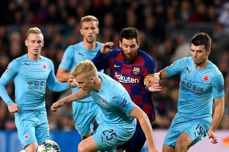 Lionel Messi dijaga ketat oleh dua pemain lawan pada pertandingan Barcelona vs Slavia Praha dalam lanjutan Liga Champions di Stadion Camp Nou, 5 November 2019.