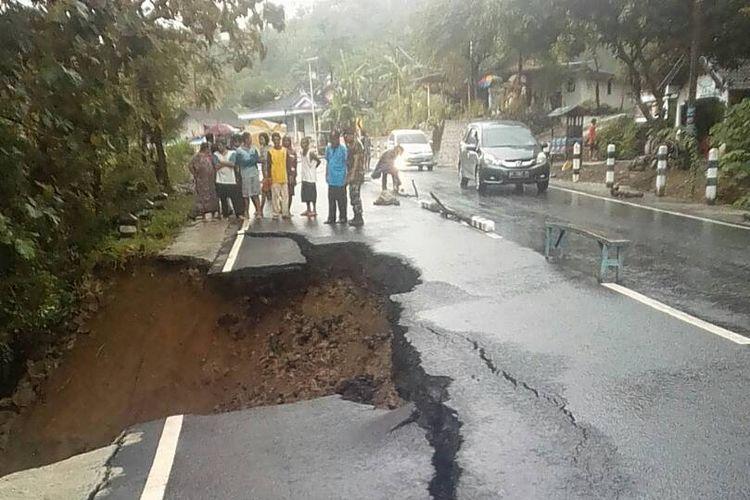 JALAN LONGSOR --Salah satu ruas jalan Ponorogo-Trenggalek di kilometer 26 di Dusun Ngemplak, Desa Sawoo, Kecamatan Sawoo, Kabupaten Ponorogo longsor setelah diterjang hujan deras, Minggu ( 23/4/2017) sore.