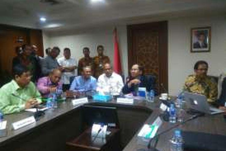 Menteri Koordinator Kemaritiman Rizal Ramli menggelar rapat koordinasi tentang pengembangan industri hilir Lapangan Masela, di Jakarta, Rabu (11/5/2016). Pemerintah berminat mengembangkan industri petrokimia yang bisa memberikan multiplayer effect terhadap perekonomian Maluku dan nasional.