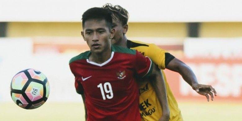 Penyerang timnas U-19 Indonesia, Hanis Saghara, dikawal ketat pemain Celebest FC pada uji coba di Stadion Kapten I Wayan Dipta, Gianyar, Rabu (17/5/2017) sore.