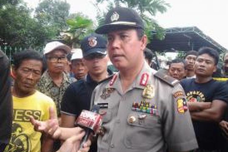Kadiv Humas Mabes Polri, Brigjen (Pol) Boy Rafli Amar memberikan keterangan pers kepada wartawan di area lokasi penggerebekan rumah kontrakan terduga teroris di Ciputat, Tangerang Selatan, Rabu (1/1/2014).