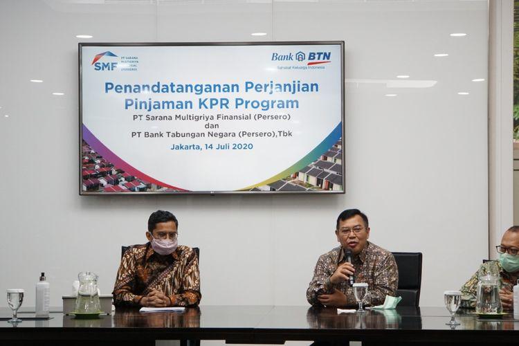 Direktur Utama PT Sarana Multigriya Finansial (SMF) Ananta Wiyogo memberikan penjelasan saluran dana refinancing Rp 850 miliar kepada PT Bank Tabungan Negara (Persero) Tbk atau BTN, didampingi Direktur Utama BTN Pahala Mansury, Rabu (14/7/2020).