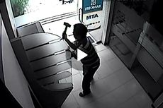 Terekam CCTV, Pria Pukuli ATM dengan Palu, Tantang Warga yang Menegurnya