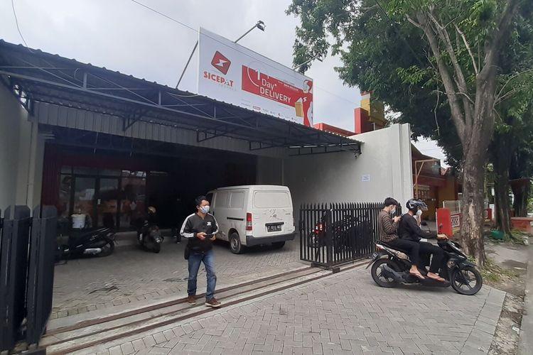 Kantor jasa pengiriman Sicepat Ekspres di Jalan Monginsidi Kelurahan Stabelan, Kecamatan Banjarsari, Solo, Jawa Tengah yang menjadi lokasi dugaan pencurian, Senin (8/2/2021).