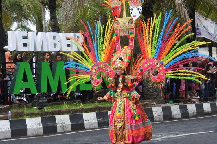 Peserta mengikuti Wonderful Artchipelago Carnival Indonesia (WACI) dalam rangkaian Jember Fashion Carnaval di Jember, Jawa Timur, Sabtu (11/8/2018). WACI merupakan karnaval yang diikuti sejumlah provinsi di Indonesia mengangkat keberagaman dan kekayaan nusantara serta mempromosikan pariwisata masing-masing daerah.