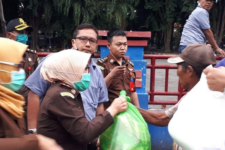 Para abang becak yang terdampak wabah corona, menerima bantuan paket sembako.