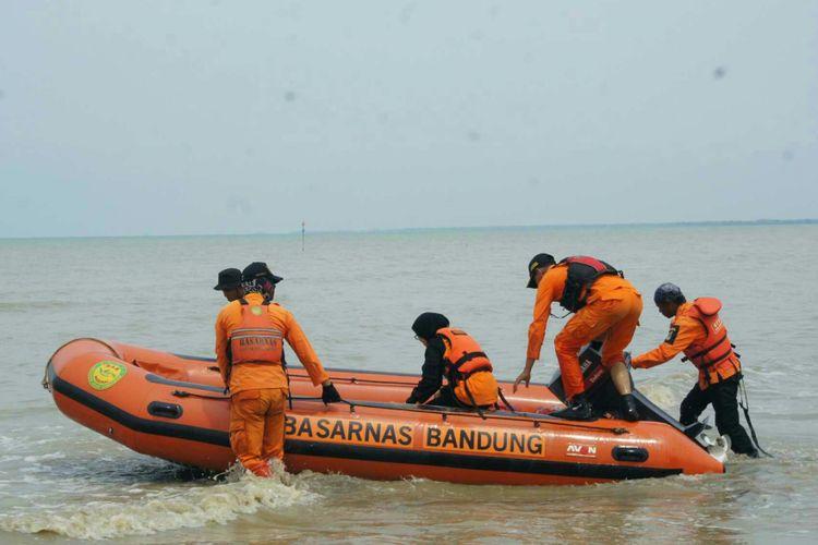 Tim SAR bersiap melakukan penyisiran di perairan Pantai Tanjungpakis, Karawang, Jawa Barat pada hari kesepuluh atau Rabu (7/11/2018) proses pencarian korban pesawat Lion Air JT 610 yang jatuh pada Senin pekan lalu.
