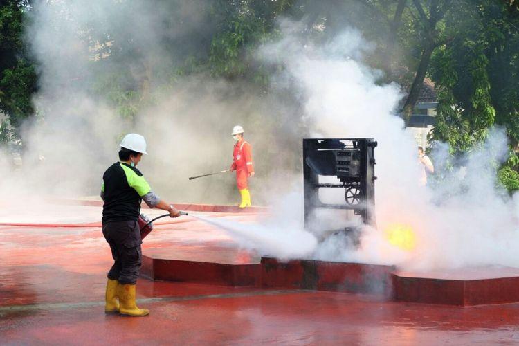 Operator dan karyawan SPBU se Sumut dilatih HSSE dan menggunakan APAR oleh PT Pertamina (Persero) MOR I Sumbagut, Rabu (19/7/2017)