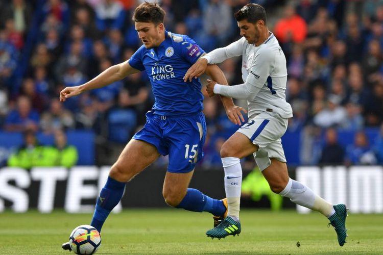 Alvaro Morata mencoba mengejar bola yang tengah dikuasai Harry Maguire saat Chelsea bertandang ke markas Leicester City pada pertandingan Premier League, Sabtu (9/9/2017).
