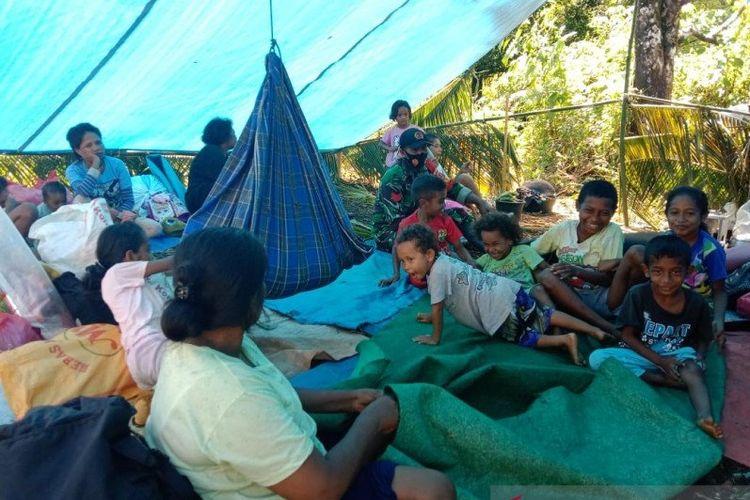 Sejumlah warga masih mengungsi dan tinggal di tenda darurat, di negeri Tehoru, Kabupaten Maluku Tengah, Kamis (17/6), paska diguncang gempa dengan magnitudo 6.1 pada 16 Juni 2021. (HO/BPBD Malteng)