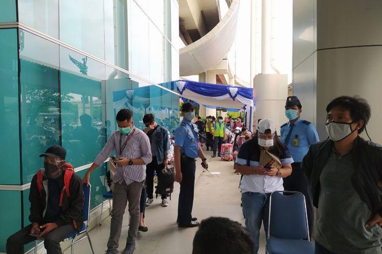 Antrean penumpang pesawat yang hendak melakukan Rapid Tes Antigen di Shelter Kalayang Terminal 2 Bandara Soekarno-Hatta, Senin (21/12/2020).