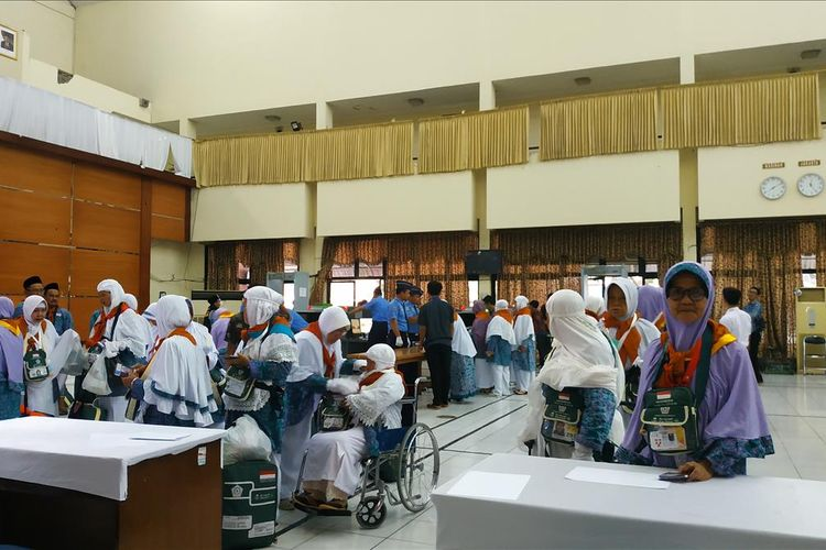 Jemaah haji asal Jawa Barat bersiap berangkat dari Asrama Haji Embarkasi Bekasi, Selasa (9/7/2019).