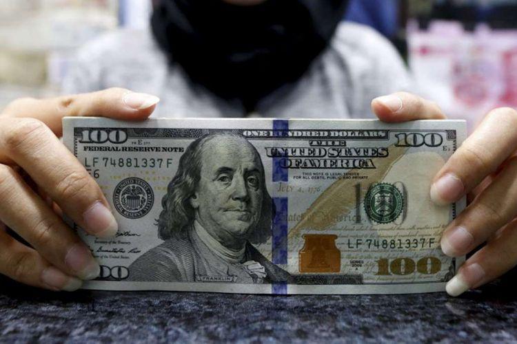 Pecahan dollar Amerika di salah satu gerai penukaran mata uang di Jakarta.