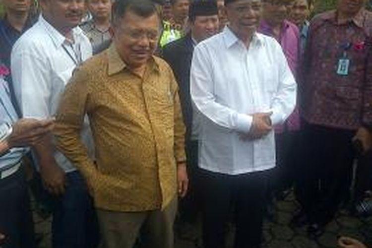 Mantan Wakil Presiden Republik Indonesia Jusuf Kalla (JK) mengunjungi Lembaga Pemasyarakatan Sukamiskin, Jalan AH. Nasution Kota Bandung, Jumat (5/7/2013).