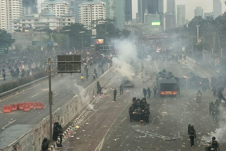 Bentrokan polisi dengan mahasiswa di depan Restoran Pulau Dua hingga Bundaran Semanggi