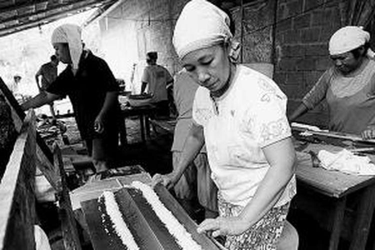Para ibu memasak nasi cala untuk makan bersama di sasadu atau rumah adat ketika upacara Orom Sasadu di Kampung Gamtala, Kabupaten Halmahera Barat, Maluku Utara, Mei 2013. Orom Sasadu adalah upacara adat khas Halmahera Barat sebagai tanda syukur atas hasil panen.