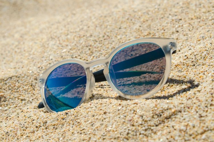 Ilustrasi kacamata hitam dengan bingkai transparan