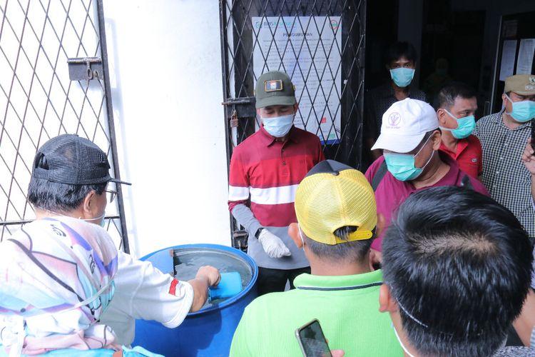 Pembagian hand sanitazer secara gratis kepada seluruh warga Palembang oleh pemerintah setempat, Kamis (25/3/2020). Pembagian ini sebagai salah satu upaya pencegahan Covid-19 yang kini sedang mewabah.