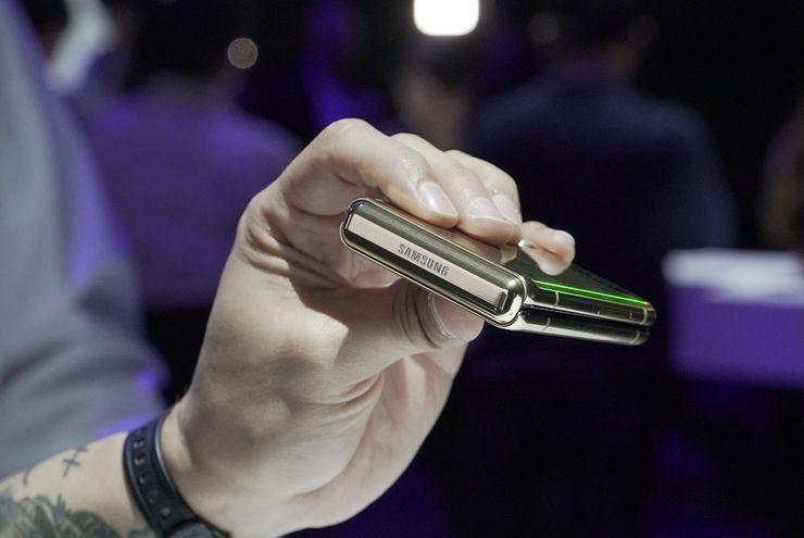 Terdapat sebuah logo Samsung pada bagian engsel Samsung Galaxy Z Flip