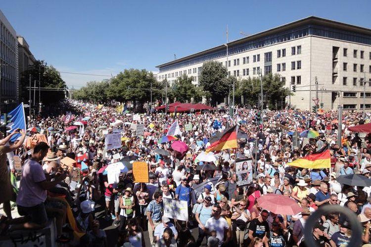Ribuan orang berdemo di Jerman menolak aturan-aturan dan protokol kesehatan untuk menekan penyebaran virus corona, Sabtu (1/8/2020)