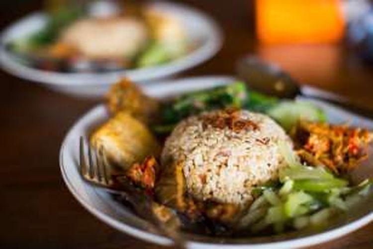 Hal yang menjadikan restoran ini patut dikunjungi adalah bahan-bahan organik yang digunakan. Warung Bumi sendiri merupakan bagian dari Bumi Langit Institute, sebuah komunitas berbasis lokal yang memproduksi aneka panganan dan kerajinan lokal.