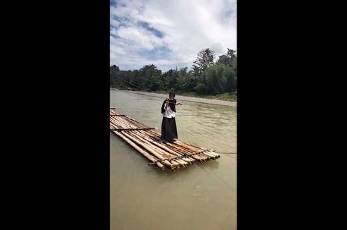 Perjuangan Guru dan Siswa SD di Sidrap, Seberangi Sungai Deras dengan Rakit untuk Sekolah
