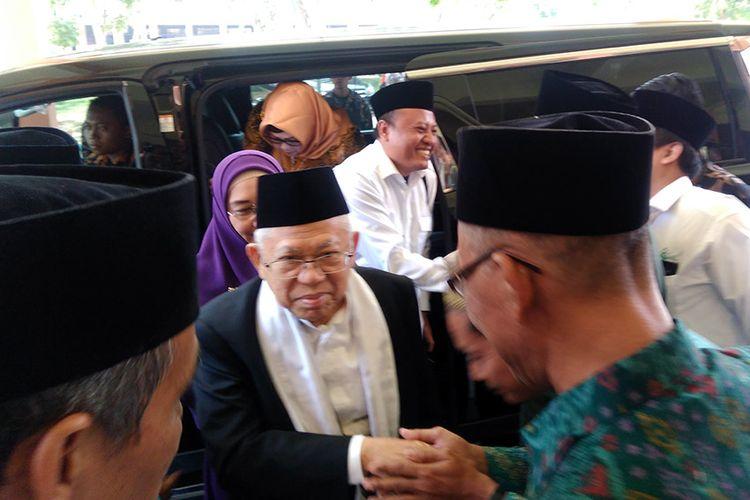 Cawapres pasangan nomor urut satu KH Maruf Amin (tengah), saat menghadiri acara seminar di Universitas Islam Darul Ulum, Lamongan, Kamis (18/10/2018).