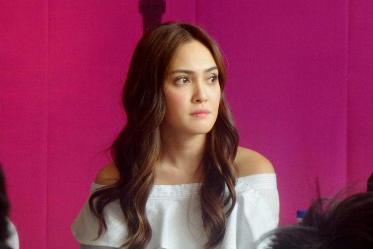 Artis peran Shandy Aulia dalam sesi wawancara usai jumpa pers Eiffel..Im In Love 2 di kantor Soraya Intercine Films, Menteng, Jakarta Pusat, Jumat (14/9/2017).