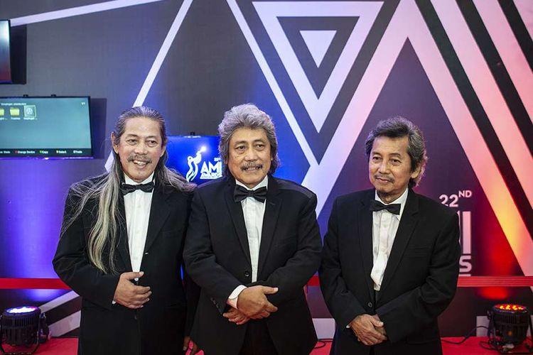 Musisi Trio Bimbo, Sam (tengah), Acil (kiri), dan Jaka (kanan) berpose saat menghadiri Malam Anugerah Musik Indonesia (AMI) 2019 di Jakarta, Rabu (27/11/2019). Trio Bimbo bersama Iin Parlina berhasil meraih penghargaan khusus legenda musik Indonesia dalam AMI 2019.
