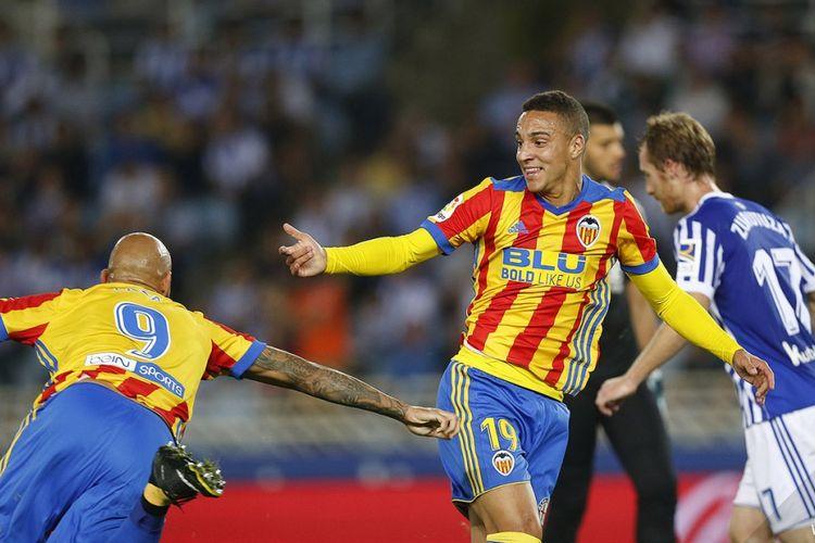 Rodrigo dan Simone Zaza merayakan gol Valencia ke gawang Real Sociedad pada pertandingan La Liga di Anoeta, Minggu (24/9/2017).