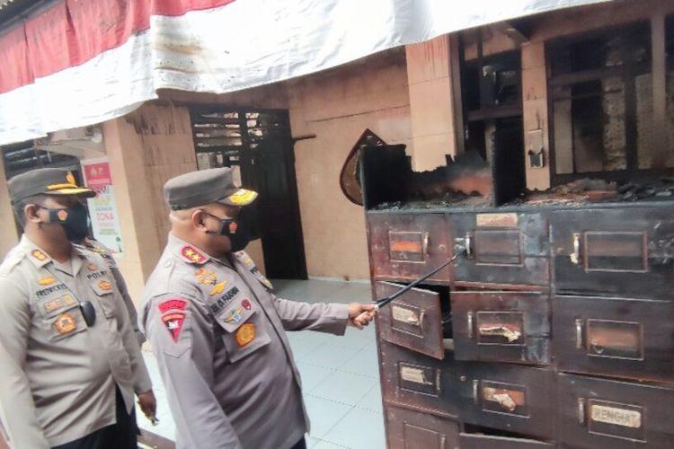 Kapolda Papua, Irjen Mathius D Fakhiri, tengah meninjau Polsek Bandara Sentani yang ikut terbakar bersama sembilan ruko yang ada di sampingnya, Jayapura, Papua, Selasa (7/9/2021)