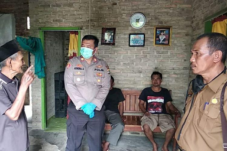 Mbah Markam (80) orangtua CJ (28) pelaku pembunuhan dua anak kandung di Lampung Selatan memberikan informasi kepada polisi di rumahnya, Rabu (22/4/2020).