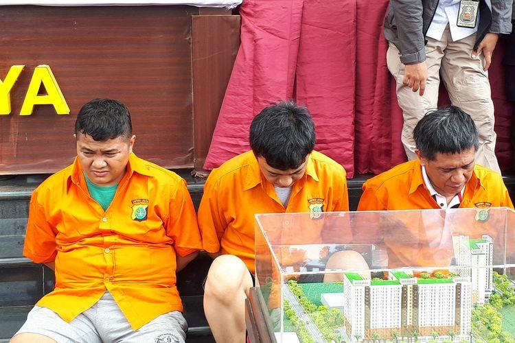 Penyidik Ditreskrimum Polda Metro Jaya menangkap tiga tersangka penipuan dengan modus penjualan apartemen fiktif di kawasan Ciputat, Tangerang Selatan. Masing-masing tersangka berinisial AS, KR, dan PJ.Foto diambil dalam konferensi pers di Polda Metro Jaya, Jakarta Selatan, Kamis (22/8/2019).