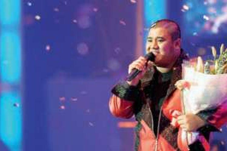 Michael Prabawa Mohede (Mike) membawakan theme Indonesian Idol sesaat setelah resmi diumumkan menjadi pemenang Indonesian Idol 2 di Jakarta Convention Center, Sabtu (13/8/2005).