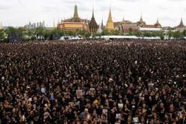 Puluhan ribu warga Thailand yang mengenakan pakaian serba hitam menyanyikan lagu kebangsaan bersama di depan Grand Palace, Bangkok, Sabtu siang. Acara ini digelar untuk memberikan penghormatan kepada Raja Bhumibol.