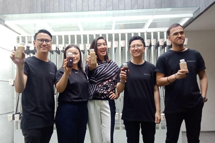 Artis peran Raline Shah (tengah) bersama para pendiri gerai kopi Kisaku dalam peresmiannya, Kamis (12/9/2019) sore.
