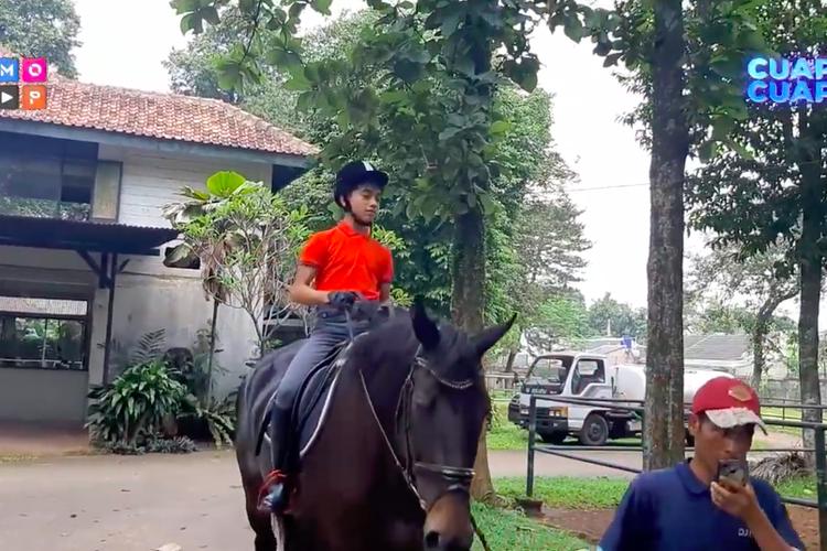 Betrand Peto menunggangi kuda bernama La Perle, yang merupakan hadiah ulang tahun dari orangtuanya, Ruben Onsu dan Sarwendah.