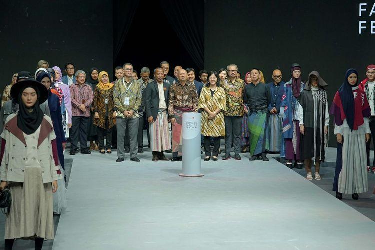 Pimpinan Asia Pacific Rayon (APR) dan penyelenggara Muslim Fashion Festival 2020 berfoto bersama para model.