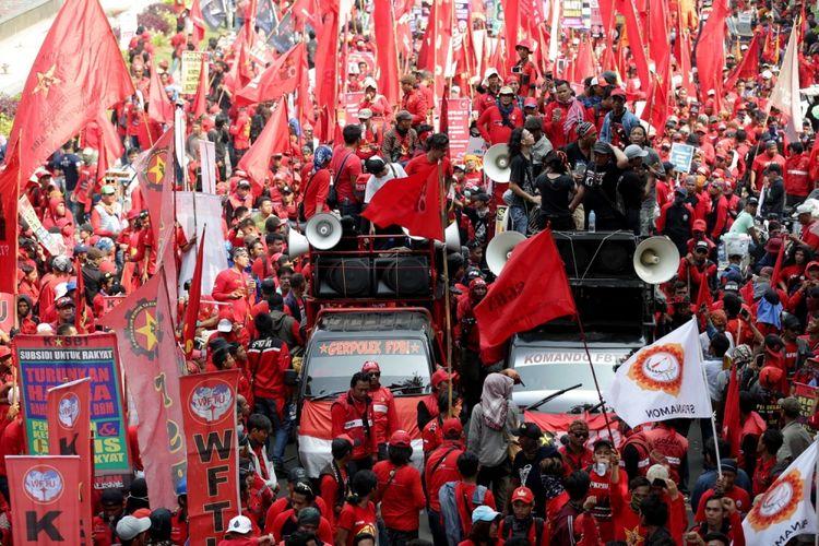 Buruh melakukan unjuk rasa di seputar bundaran Bank Indonesia, Jakarta, memperingati Hari Buruh Sedunia, Senin (1/5/2017). Aksi buruh serentak dilakukan di seluruh wilayah di Indonesia menuntut agar pemerintah menghapuskan sistem outsourcing, magang dan upah layak.