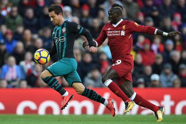 Sadio Mane mencoba merebut bola dari penguasaan Cedric Soares saat Liverpool menjamu Southampton pada laga Premier League di Anfield, Sabtu (18/11/2017).