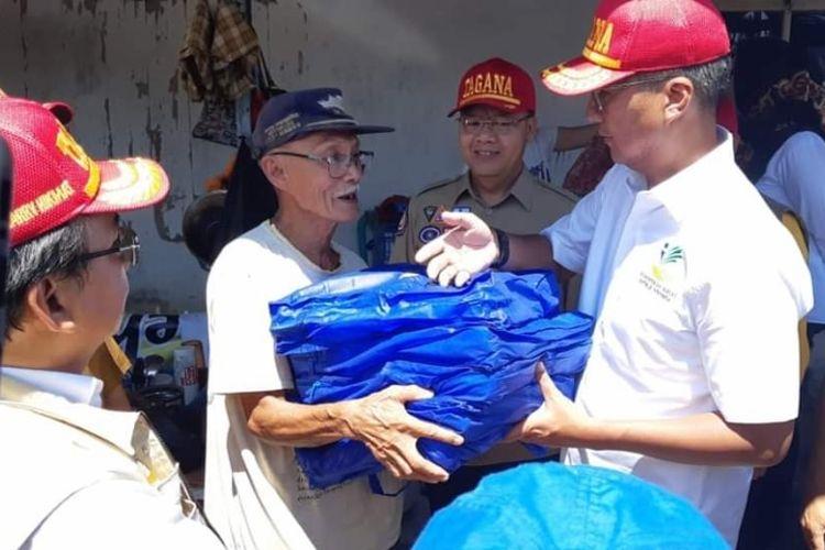 Menteri Sosial Agus Gumiwang Kartasasmita memberikan bantuan secara simbolis untuk korban banjir dan longsor di Bengkulu, Senin (30/4/2019).